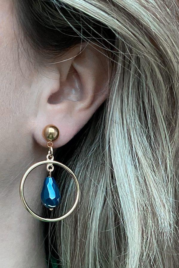 la Beij oorbellen cirkel goud facet blauw in oor