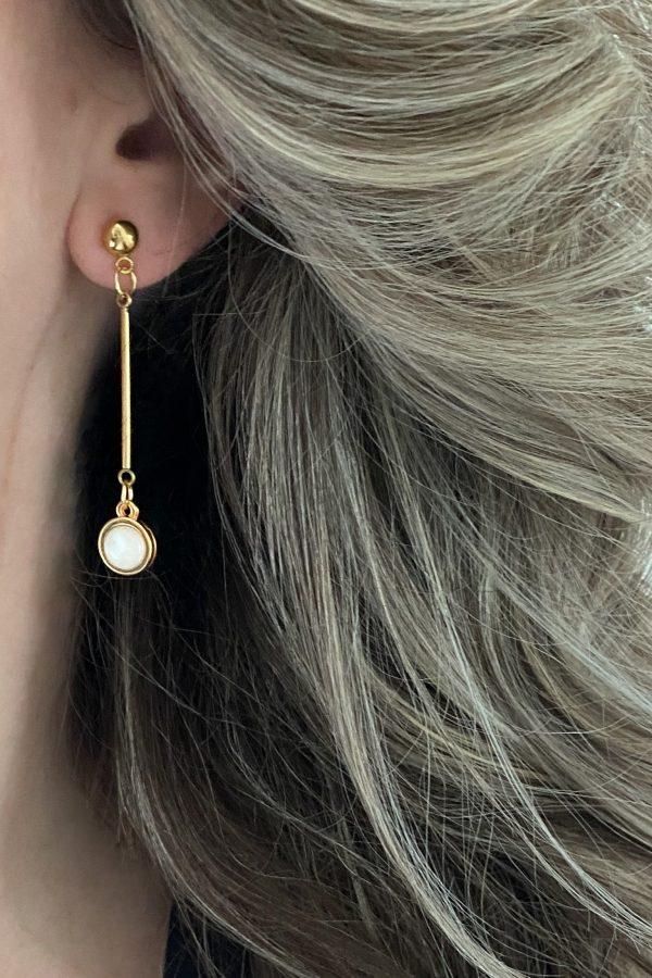 la Beij oorbellen goud parelmoer in oor