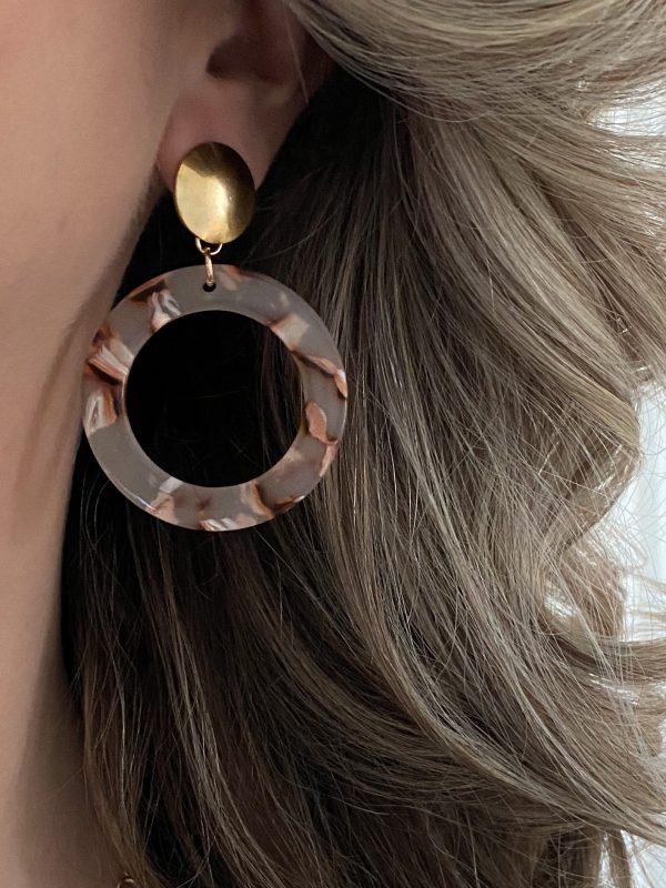 la Beij oorbellen goud resin nude in oor