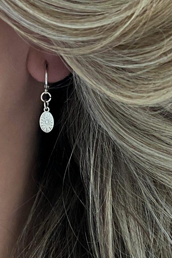la Beij oorbellen zilver ring ovaal strass in oor