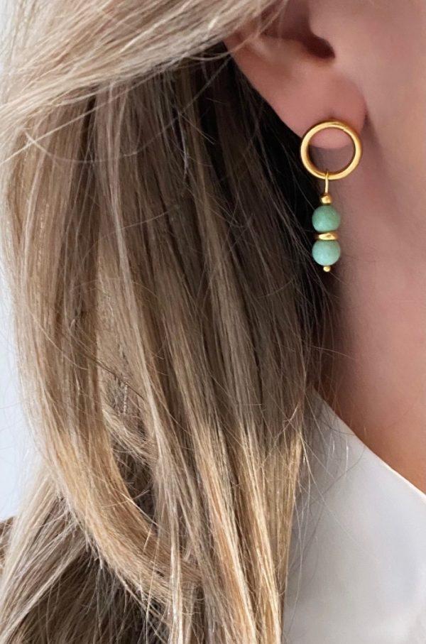 la Beij oorbellen goud natuursteen turquoise in oor