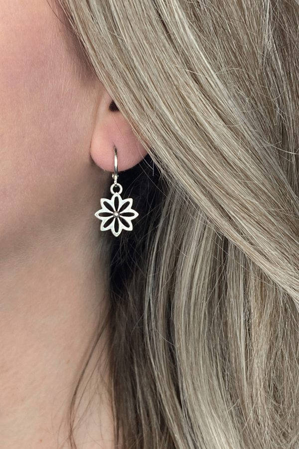 la Beij oorbellen bloem zilver in oor