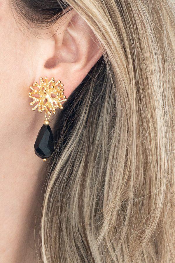 la Beij oorbellen goud koraal zwart in oor