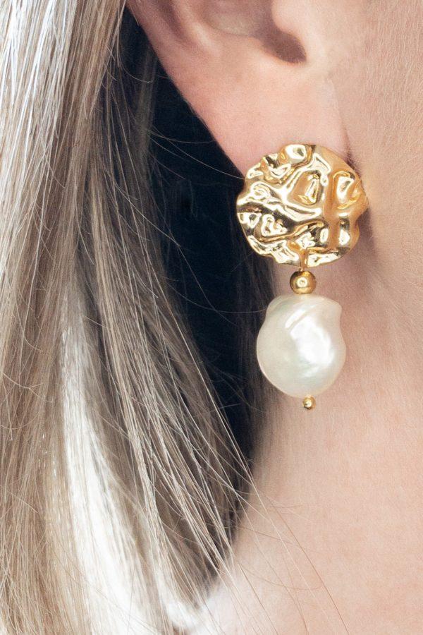 la Beij oorbellen goud relief parel in oor
