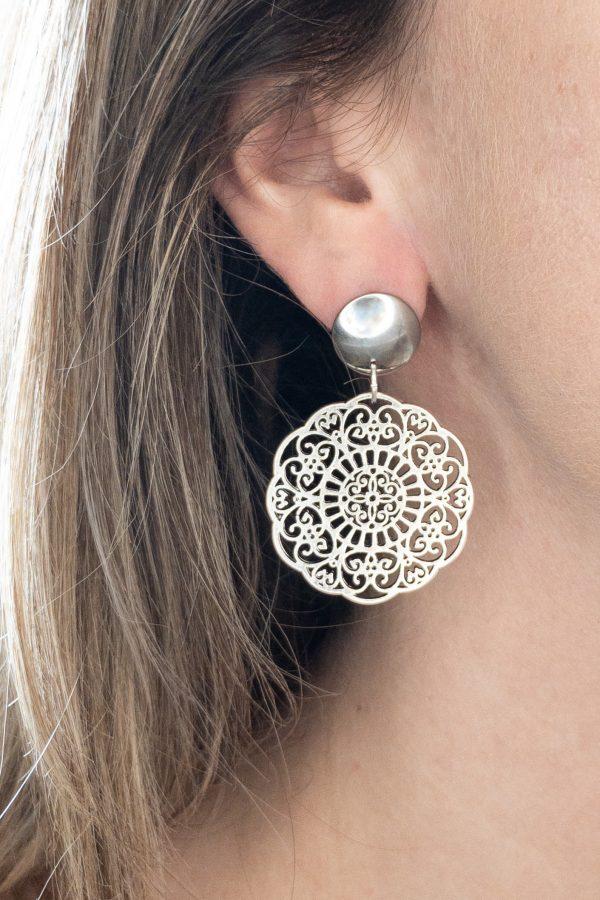 la Beij oorbellen zilver lente in oor