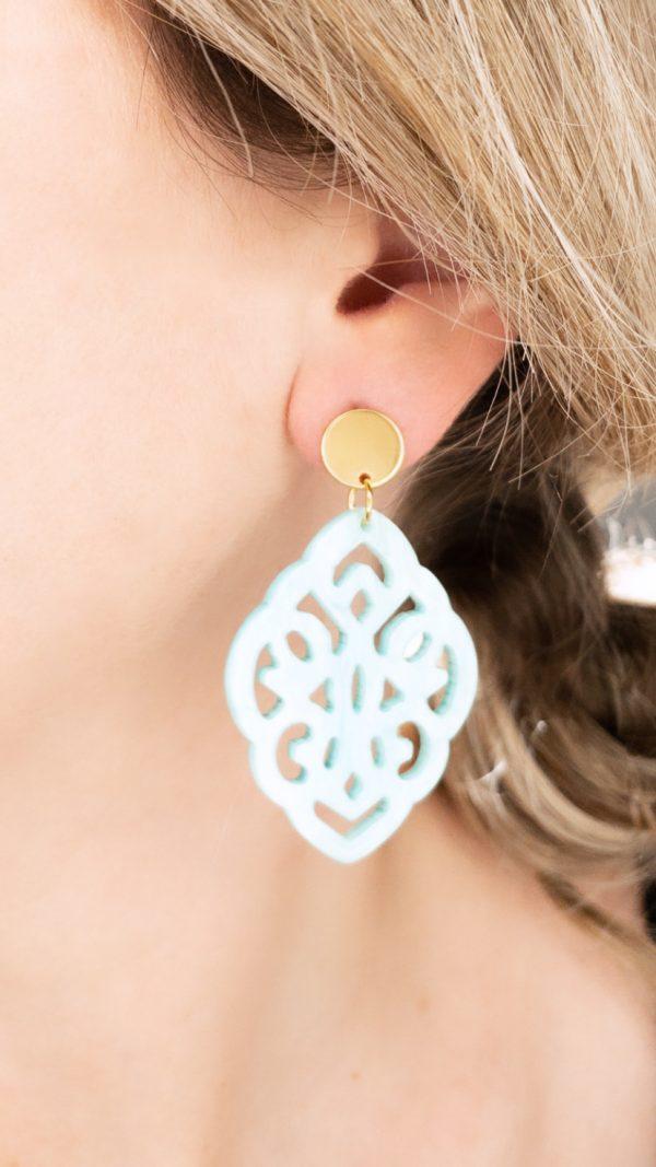 la Beij oorbellen goud resin barok blauw in oor