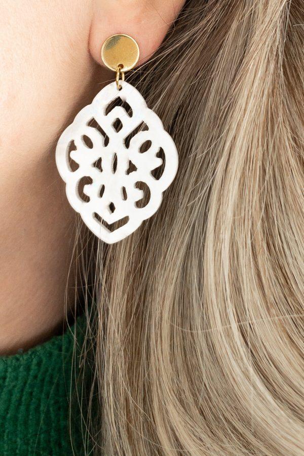 la Beij oorbellen goud resin barok wit in oor