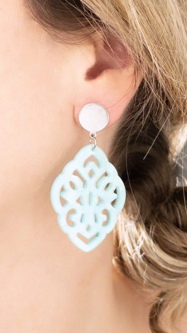 la Beij oorbellen zilver resin barok blauw in oor