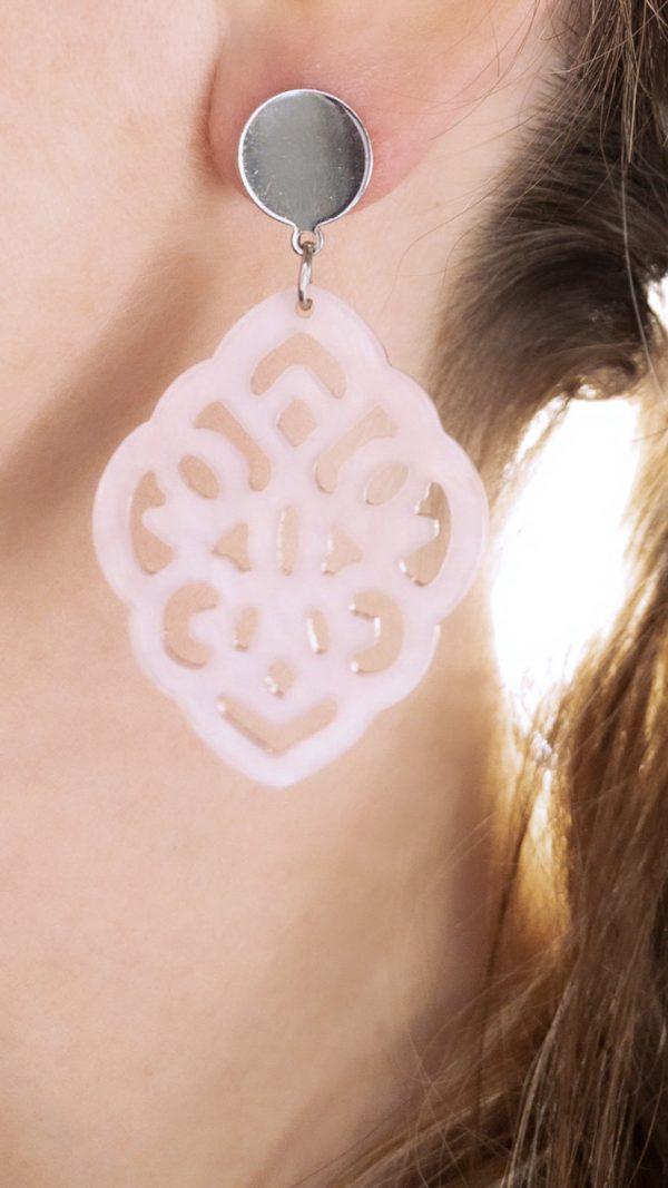la Beij oorbellen zilver resin barok roze in oor