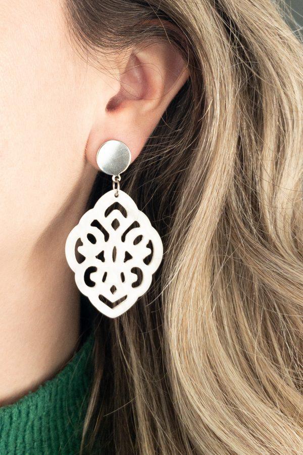 la Beij oorbellen zilver resin barok wit in oor