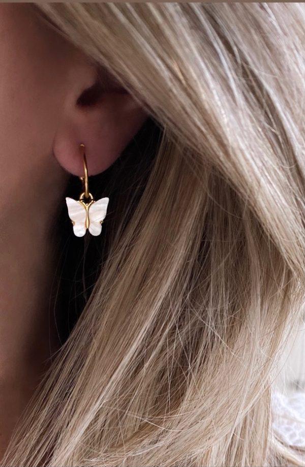 la Beij Oorbellen Goud Vlinder Wit in oor