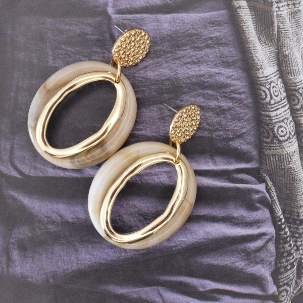 la Beij oorbellen goud ovaal offwhite taupe